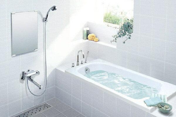 Phòng tắm nhỏ có bồn tắm nằm, hợp lý không?