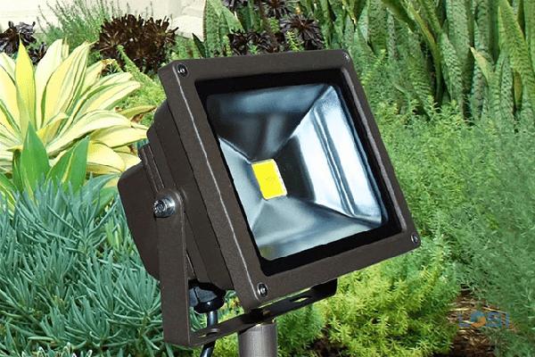 Đèn pha trong sân vườn