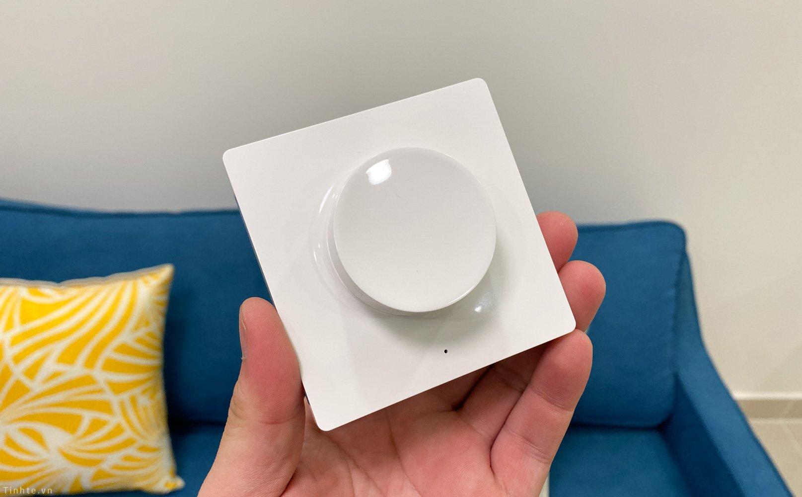 Đèn tường có thể tuỳ chỉnh độ sáng ở mỗi bên giường